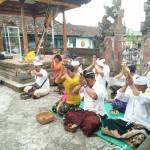 Umat Hindu Kodim Bangli melaksanakan Sembahyang Saraswati