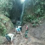 Babinsa Koramil Tembuku Help Residents Arrangement of tourism objects
