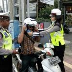 Anggota Polda Bali Bagikan Helm Berstandar SNI Gratis Dalam Ops Zebra 2018