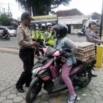 Dit Lantas Polda Bali Tertibkan Pengendara Yang Membawa Barang Berlebihan