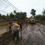 Tim Gabungan TNI/Polri, BPBD dan Basarnas Evakuasi Material Banjir Bandang