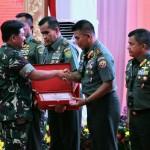 Pangdam Terima Piagam Penghargaan Dalam Pelaksanaan Rapim TNI