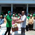 Ketua Persit KCK Cabang XXXII Kodim 1609 Buleleng Menyerahkan Sembako.