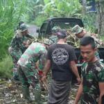 Satgas TMMD Bersama Warga Bersihkan Sampah Di Pura Puseh Tampuagan