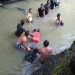 TNI dan Petani Gotong Royong Mengangkat Pompa Air Hanyut di Sungai