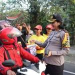 Polwan Polres Tabanan Bagikan Takjil Gratis Saat Ops Ketupat Agung 2019