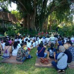 Pekak Made Taro Menerangkan Cerita-Cerita Lawas Khas Bali Kepada Anak-Anak