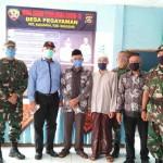 Dandim Buleleng Bersama Rektor Undiksha Singaraja Bagi Masker Dan Hand Sanitizer Gratis Kepada Warga Pegayaman