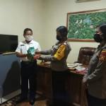 Wujud Kepedulian, Kasat Binmas Luh Wirati, Serahkan Wipol Dan Cairan Disinfektan.