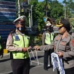 Kompol Utari Bagikan Puluhan Masker Kepada Personil Polres Badung