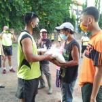 Peduli Covid-19, Kodim Buleleng Bagikan Sembako Bagi Petugas Kebersihan GOR Bhuana Patra.