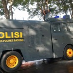 Anggota Linmas Polres Badung, 1 Unit Mobil Semprotkan Cairan Disinfektan Di Desa Dalung.