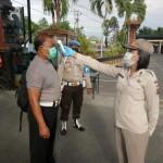 Petugas Urkes Polres Badung Cek Kesehatan Personel Di Pos Pengamanan Dan Penyekatan