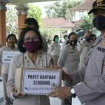Kapolres Bangli Serahkan Bantuan Kapolda Bali Kepada PNS, PHL dan Anggota Beragama Islam
