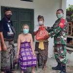 Anggota Babinsa Serahkan Bantuan Kodim Tabanan Kepada Warga Terdampak COVID-19