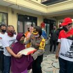 Dampak Covid-19, Puluhan Warga Mesyarakat Menerima Bantuan Sembako Dari Polres Badung.