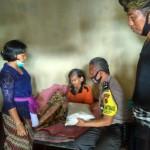 Anggota Bhabinkamtibmas Polsek Bangli  Polres Bangli Distribusikan Bantuan Sembako Polri.