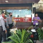 Cegah Covid-19, Satsabhara Polres Badung Bagi- Bagi Masker di Tempat Wisata Canggu.