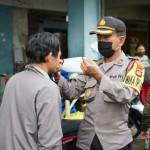 Wakapolres Bagikan 100 Masker Ke Pedagang Pasar Kidul, Sambut Hari Bhayangkara Ke-74.