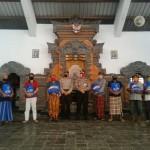 Dalam Rangka Hari Bhayangkara ke – 74, Kapolsek Kintamani Serahkan Bantuan Sembako Dari Polres Bangli Kepada Tukang Sapu Jalanan.