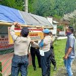 Personel Polsek Susut Polres Bangli Bersama Aparat Desa Bangun Posko Terpadu