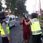 Menjelang Hari Jadi Polwan Ke-72, Srikandi Polres Bangli Bagi Helm Gratis