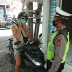 Personil Polisi Tegur Pengemudi Tidak Gunakan Masker