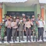 HUT TNI Ke-75, Kapolsek Bangli Bersama Anggota Beri Surprise Tumpeng Kepada Koramil 01 1626 Bangli