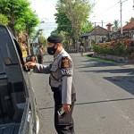 Anggota Bhabinkamtibmas Desa Jagapati Gandeng Pihak Terkait Tertibkan Masker
