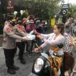 Kapolres Badung Dampingi Wakapolda Bali Dan Rombongan Bagikan Masker