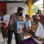 Kapolda Bali Kunjungi Pos PPKM  Berskala Mikro Desa Pemaron Dan Berikan Bantuan Sosial.