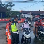 Kasat Lantas Polres Badung, Turun Ke Jalan Bagi-Bagi Masker Gratis