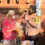 Kompol Utariani Bagikan Masker  Gratis di Pasar Darmasaba.