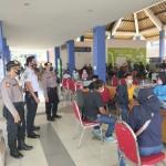 Panit 1 Samapta Pantau Pelaksanaan Gerai Vaksinasi di Terminal tipe A Mengwi.