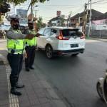 Personil Unit Lantas  Polsek Kuta Utara Antisipasi Kemacetan Di Simpang Padat Arus Lalu Lintas.