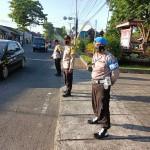 Anggota Polsek Mengwi Antisipasi Kemacetan di Simpang Padat Arus Lalu Lintas.